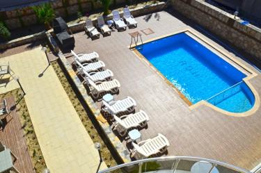 Akbük otelimiz havuz başı üstten görünüm